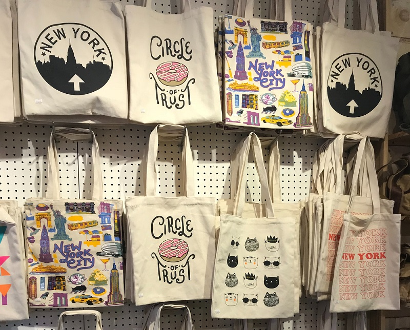 Design tote bags with your online clothing boutique logo